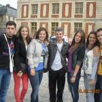Професор Никола са ученицима  4 б испред Версаја