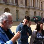 Вука и народни певач испред Версаја