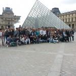 Ученици гимназије испред Лувра