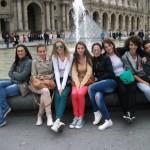 Професорка Александра са ученицима испред Лувра