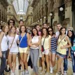 Професорка Александра са ученицима испред Миланске катедрале